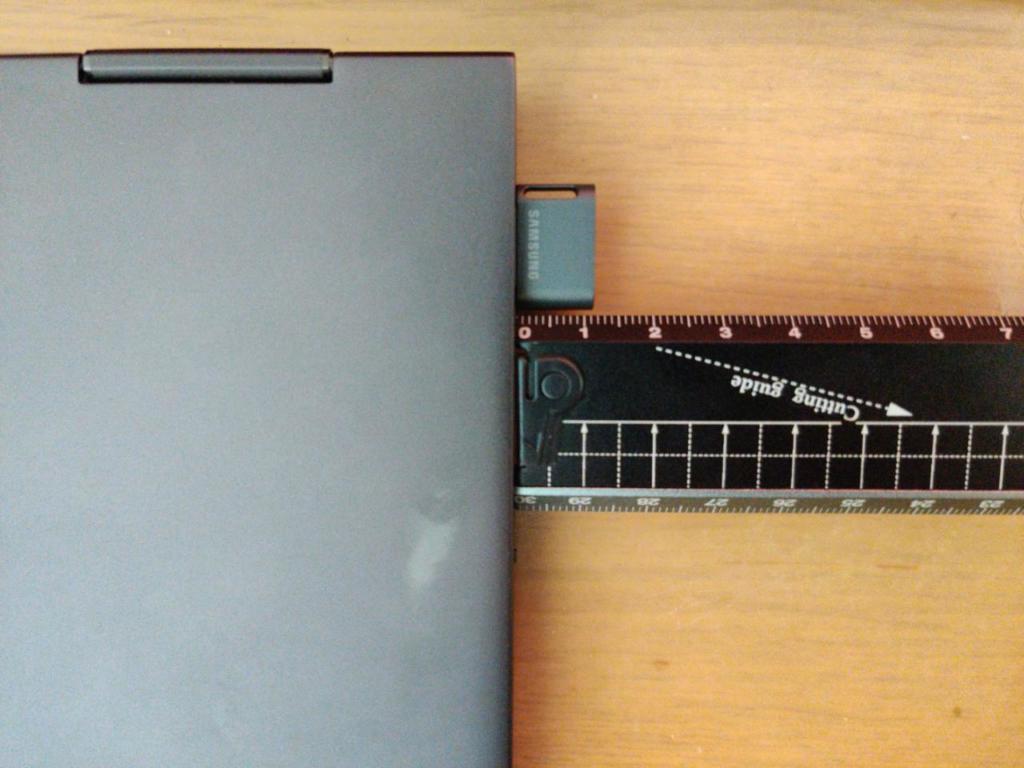 Samsung Fitの大きさ PCに挿してみた